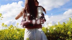 Paare, die auf Blumenfeld am sonnigen Tag umarmen stock abbildung