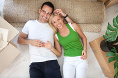 Paare, die auf Boden der neuen Ebene liegen Lizenzfreie Stockfotografie