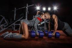 Paare, die auf Boden hochdrücken Stockfotos