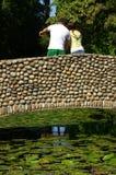 Paare, die auf Brücke zeigen Stockfotografie