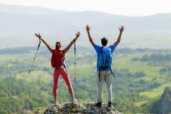 Paare, die auf dem Berg wandern Lizenzfreies Stockfoto