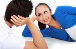 Paare, die auf dem Fußboden sich schaut liegen lizenzfreies stockfoto