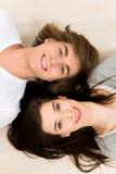 Paare, die auf dem Fußboden liegen Lizenzfreie Stockfotos