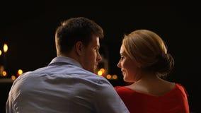 Paare, die auf dem romantischen Datum genießt die Zeit, Valentinsgrußtag feiernd, Liebe plaudern stock footage