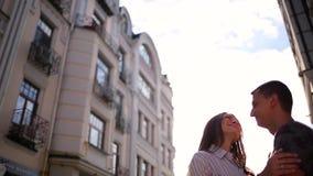Paare, die auf dem Stadtgebäudehintergrund umfassen stock video footage