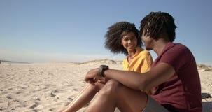 Paare, die auf dem Strand 4k sich umfassen stock video footage