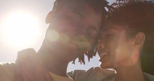 Paare, die auf dem Strand 4k sich umfassen stock video