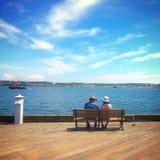 Paare, die auf dem Strand sich entspannen Lizenzfreie Stockfotos