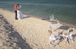 Paare, die auf dem Strand stillstehen Lizenzfreie Stockfotos