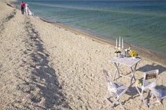 Paare, die auf dem Strand stillstehen Stockbilder