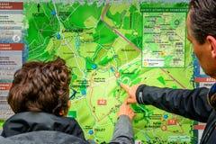 Paare, die auf dem Wandern der Karte schauen Stockfoto