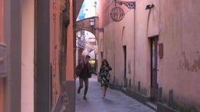 Paare, die auf den alten Straßen laufen stock video footage