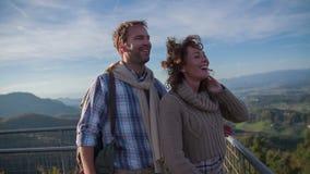 Paare, die auf den Ausblickturm kommen stock video