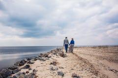 Paare, die auf den Strand gehen Stockfotos