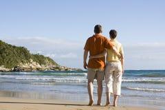 Paare, die auf den Strand gehen Stockfotografie
