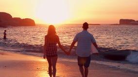 Paare, die auf den Strand gehen stock video