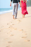 Paare, die auf den Strand gehen Lizenzfreie Stockfotos