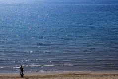 Paare, die auf den Strand gehen Stockfoto