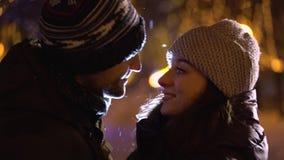 Paare, die auf der Straße küssen stock footage