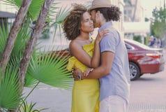 Paare, die auf der Straße stehen und umfassen stockfotografie