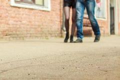 Paare, die auf die Straße gehen Stockbild