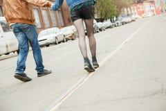 Paare, die auf die Straße gehen Stockfotos