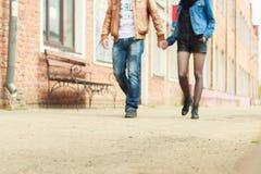 Paare, die auf die Straße gehen Lizenzfreies Stockbild