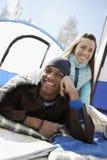 Paare, die auf einem Camping-Ausflug sich entspannen Stockfotos