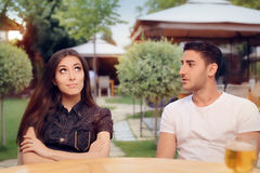 Paare, die auf einem Datum an einem Restaurant argumentieren lizenzfreies stockbild