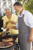 Paare, die auf einem Grill kochen Stockfoto
