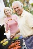 Paare, die auf einem Grill kochen Stockfotografie