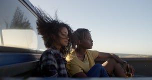Paare, die auf einem Kleintransporter am Strand 4k sich entspannen stock footage