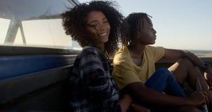 Paare, die auf einem Kleintransporter am Strand 4k sich entspannen stock video footage
