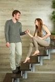Paare, die auf einem Treppenhaus sitzen Stockfoto