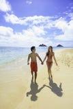 Paare, die auf einen Hawaii-Strand gehen Lizenzfreie Stockfotos