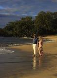 Paare, die auf einen Maui-Strand gehen lizenzfreie stockfotografie