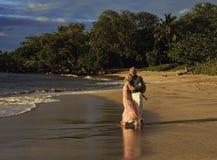 Paare, die auf einen Maui-Strand gehen lizenzfreies stockfoto