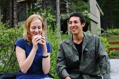 Paare, die auf einer Bank sitzen Stockfotografie