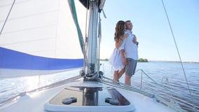 Paare, die auf einer Yacht stehen stock footage