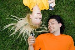 Paare, die auf Gras liegen Stockfoto