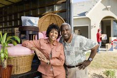 Paare, die auf ihr neues Haus sich bewegen Lizenzfreie Stockfotografie