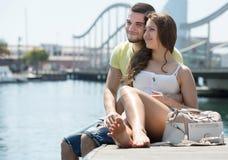 Paare, die auf Liegeplatz sitzen Stockbilder