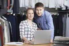 Paare, die auf Linie Mode-Geschäft laufen Stockbild