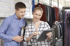 Paare, die auf Linie Mode-Geschäft laufen Lizenzfreie Stockbilder