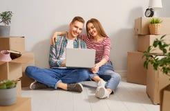 Paare, die auf neue Wohnung sich bewegen lizenzfreie stockfotografie