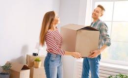 Paare, die auf neue Wohnung sich bewegen stockfoto