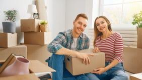 Paare, die auf neue Wohnung sich bewegen stockfotografie