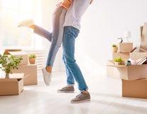 Paare, die auf neue Wohnung sich bewegen lizenzfreie stockbilder
