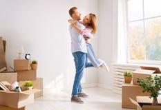Paare, die auf neue Wohnung sich bewegen stockbilder
