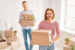 Paare, die auf neue Wohnung sich bewegen lizenzfreies stockbild